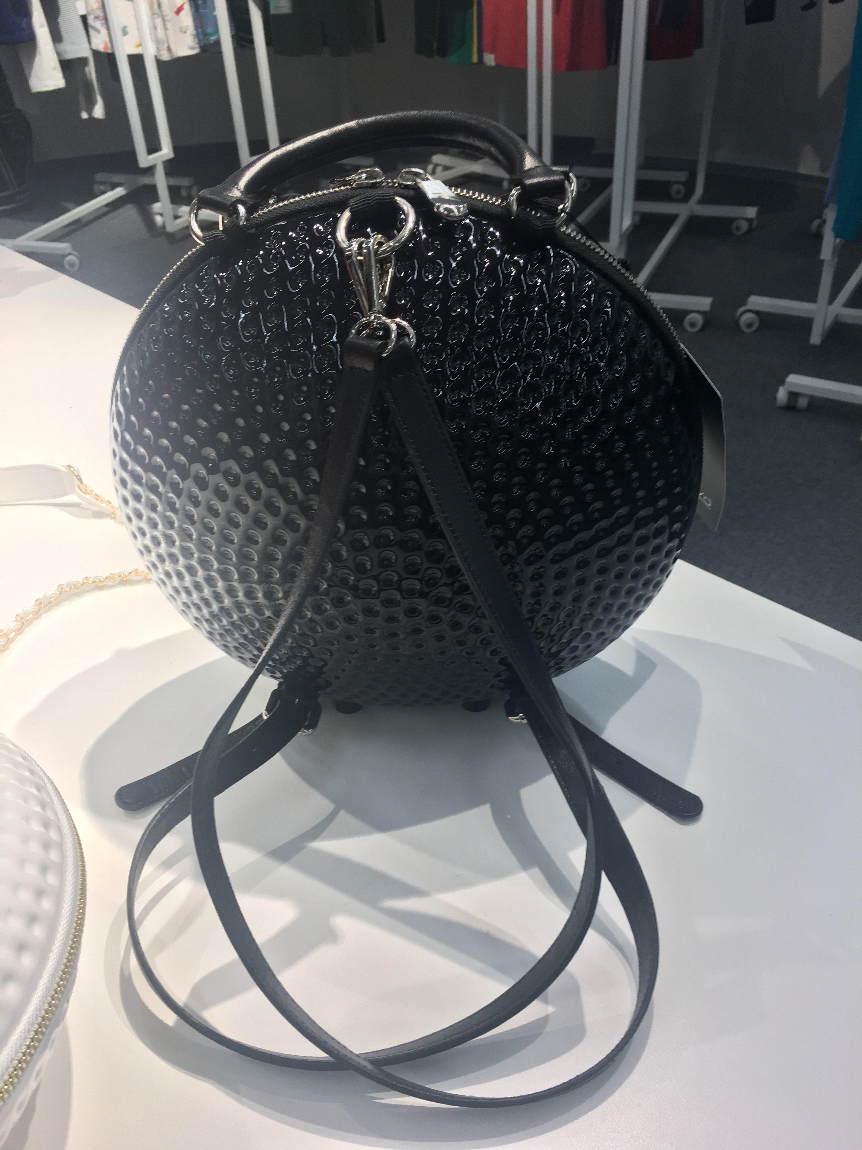 ゴルフボール形バッグ(ブラック) 25,000円(税抜) シェルボ/グリップインターナショナル